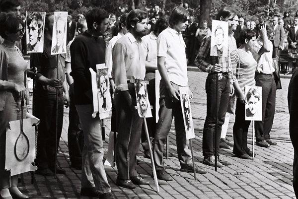 Partia študentov s vlastnými fotografiami na transparentoch 1. mája 1969 v Bratislave.