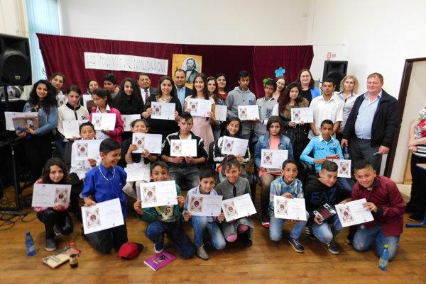 Víťazi 7. ročníka krajského matičného festivalu Rómska pieseň. Bolo ich neúrekom.