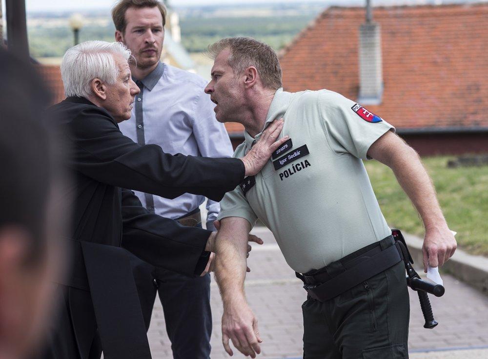 V Tajných životoch II ako policajt a násilník Igor.