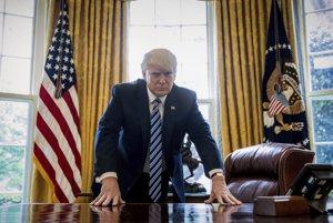 Donald Trump pózuje pred fotografmi tesne predtým, ako oslávi 100 dní v úrade.