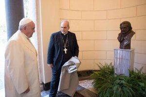 Pápež a busta jeho predchodcu.