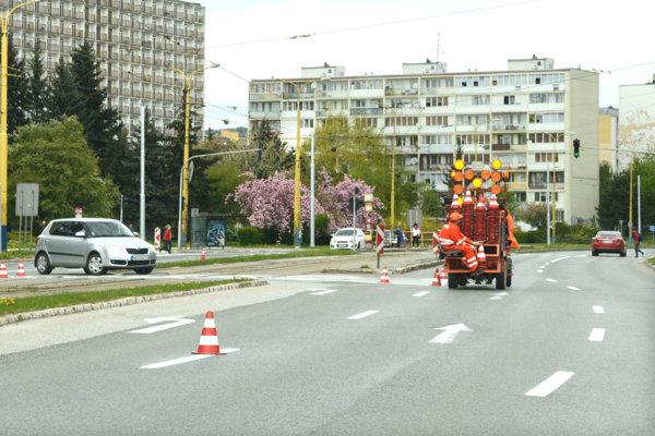 Cestári. Postupne obnovia zodratú farbu v celom meste.
