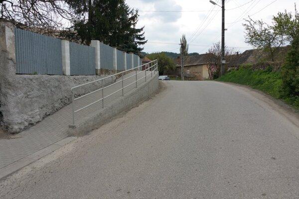 Nový chodník v Husinej.