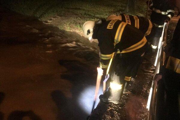 Martinskí dobrovoľní hasiči mali v piatok rušnú noc.