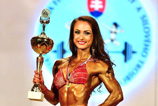 Alžbeta Peťková s trofejou pre víťaza.