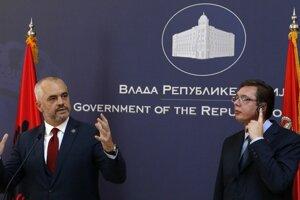 Srbský premiér Vučič (vpravo) počúva albánskeho kolegu.