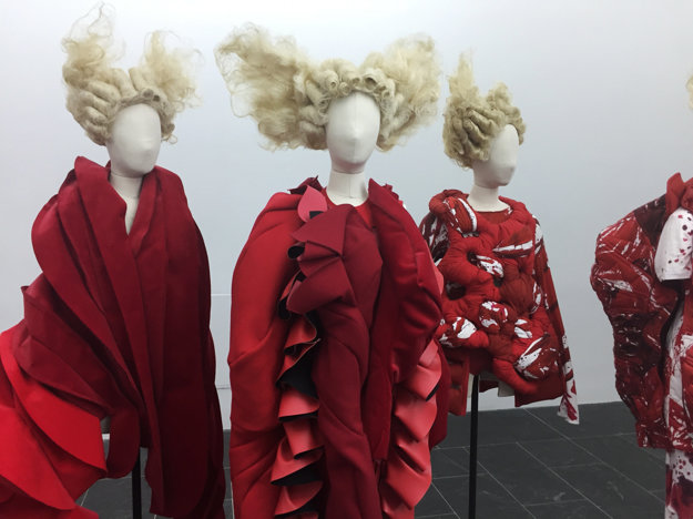 Ukážka z výstavy Rei Kawakubo/Comme des Garcons: Art of the In-Between