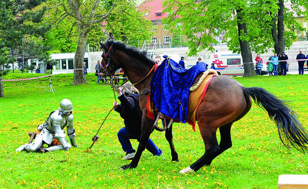 Rytierske slávnosti. Kuriózny, originálny a vtipný zážitok ponúkli divákom aktéri predpremiéry rekonštrukcie historických bojov v Mestskom parku.