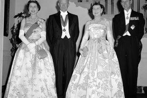 Na archívnej snímke z 17. októbra 1957, spolu s vtedajším americkým prezidentom Dwightom Eisenhowerom a jeho manželkou  Mamie.