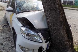 Taxík skončil v strome