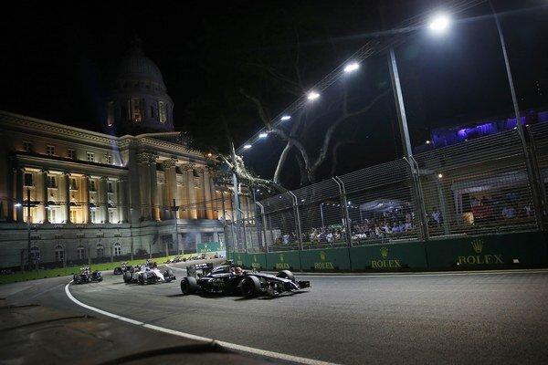 Nočné preteky v Singapure.
