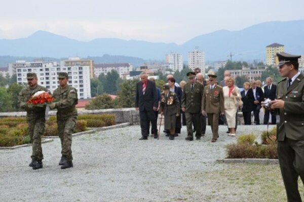 Kladenie vencov na Cintoríne hrdinov SNP v Priekope.