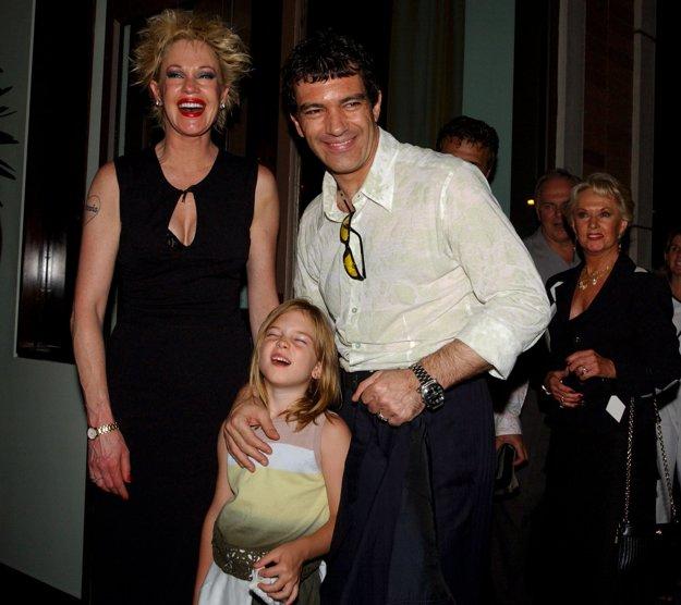 Melanie Griffithová, Antonio Banderas a dcéra Stella Tippi Hedrenová v roku 2003