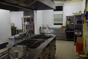 V školskej jedálni denne pripravujú vyše 400 obedov.