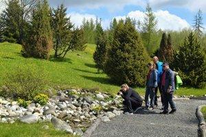Turisti v botanickej záhrade.