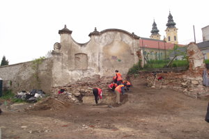 Najstaršie nálezy našli pod kláštornou bránou - torzo stredovekého objektu.