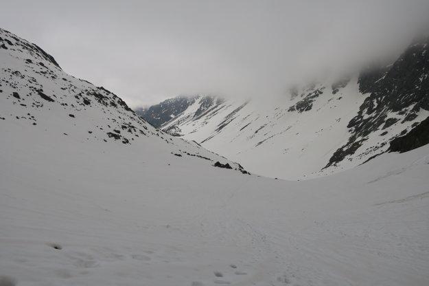 Počasie túram príliš neprialo, snehu je stále dosť. Mimo vyšliapaného chodníka máte problém.