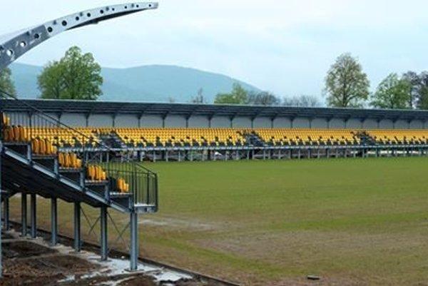 Takto štadión a trávnik vyzeral na konci apríla.