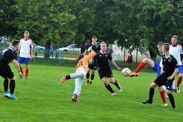 Pata porazila Štvrtok n/O. vysoko 8:1, góly si rozdelili Lukáš Vaško (práve jeden strieľa na fotke) aTomáš Dvorský (vľavo vbielom).
