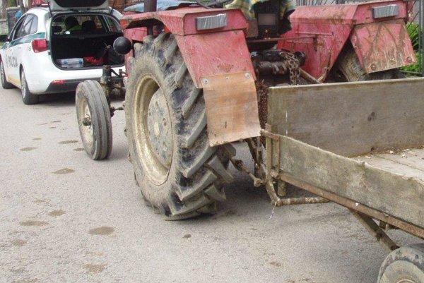 Opitého traktoristu zastavila policajná hliadka.