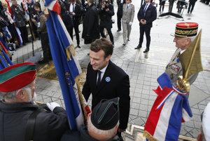 Emmanuel Macron sa v pondelok stretol s veteránmi druhej svetovej vojny. Prezidentom sa stane v nedeľu.