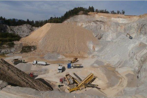 Stavebný kameň sa ťaží od 70. rokov minulého storočia. Vareáli sa nachádza aj obaľovačka a betináreň. (FOTO: PK Doprastav)