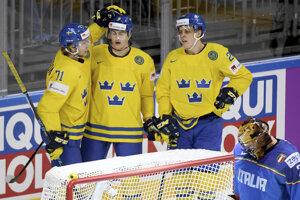 Švédi sa radujú po góle do siete Talianska.