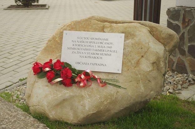 Kameň, ktorý pred obecným úradom pripomína pohnuté vojnové udalosti. Odhalili ho len nedávno.