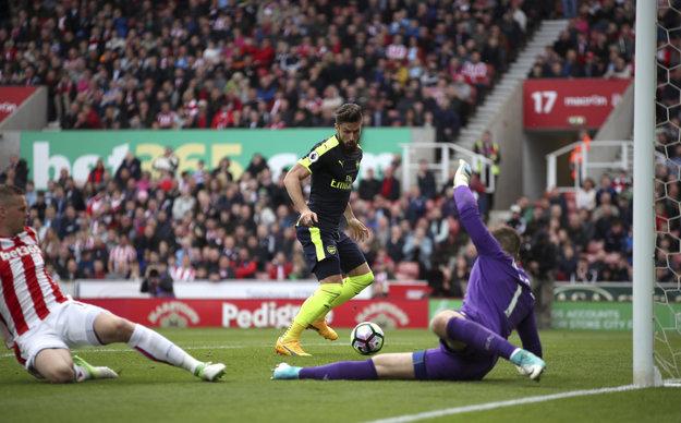 Olivier Giroud (v strede) strieľa jeden z gólov svojho tímu.
