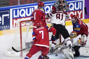 Ivan Telegin (s číslom 7) sa dostáva k puku pred lotyšskou bránou a strieľa jeden z gólov ruského tímu.