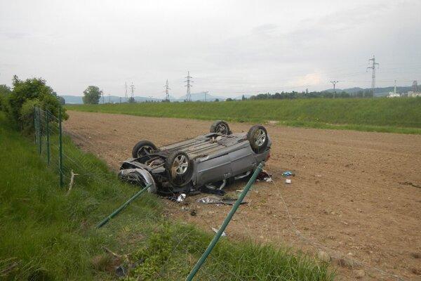 Auto skončilo v priekope.