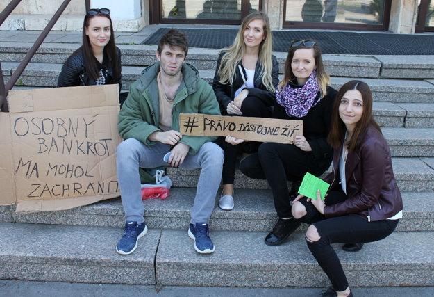 Študenti UKF vytvorili guerillovú kampaň na tému osobný bankrot.