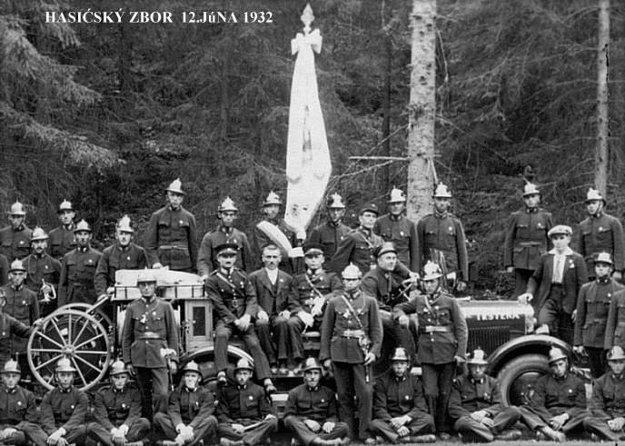 Trstenský dobrovoľní hasiči v roku 1932.
