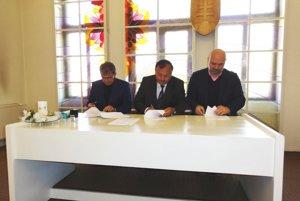 Prezident HK Agro Topoľčany Alexander Mallo, primátor Topoľčian Peter Baláž a šéf SZH Jaroslav Holeša pri podpise zmluvy.