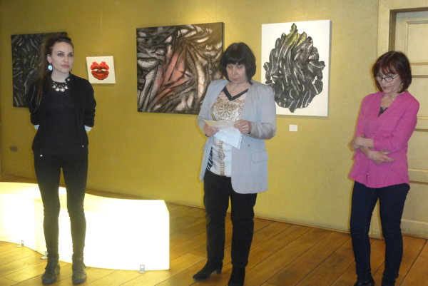 Zľava autorka Lucia Fabová, kurátorka Eva Kapsová a Mária Herodeková z Galérie Foyer.