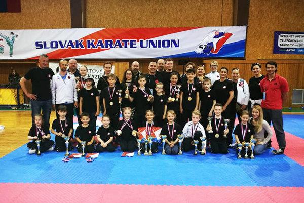 Mladí karatisti ŠK Kachi Nitra (s trénermi a rodičmi) na M-SR v Košiciach.