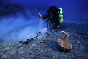 Potápač s detektorom kovov skúma miesto vraku starovekej rímskej lode, kde sa mechanizmus našiel.