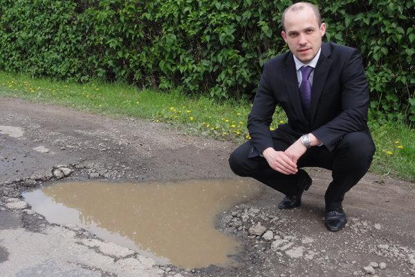 Poslanec Michal Cimmermann pri jednej z mega dier na Štúrovej ulici, ktorá je jamami doslova posiata.