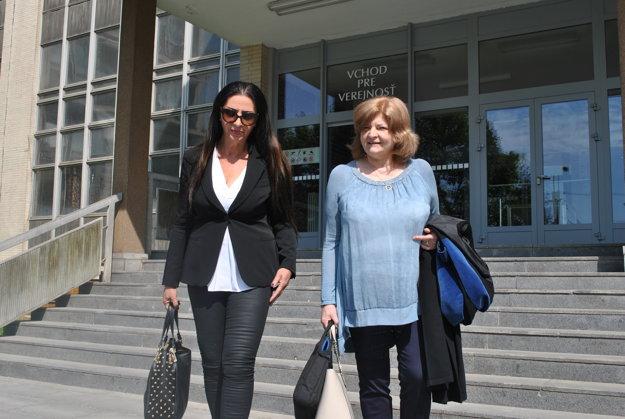 Kabrheľová s advokátkou opúšťali budovu súdov v dobre nálade.
