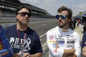 Fernando Alonso (vpravo) a Michael Andretti, majiteľ auta, v ktorom bude jazdiť.
