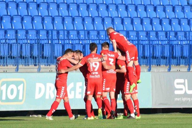 Radosť hráčov Senice po strelení víťazného gólu Spartaku Trnava.
