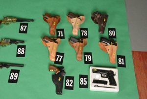 Policajti zaistili okolo 30 dlhých strelných zbraní, 5 kusov hromadne účinných strelných zbraní, t. j. samopalov rôzneho typu, najmenej 33 krátkych strelných zbraní rôzneho typu a výroby, tiež 4646 nábojov.