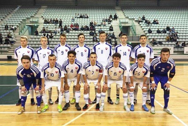 Futsalová reprezentácia Slovenska do 19 rokov. Ivan Hanakovič je vprednom rade celkom vpravo.