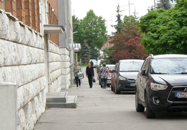 Autá parkujú aj na chodníku medzi prokuratúrou a daňovým úradom.