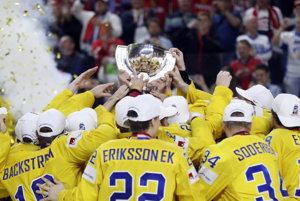 Hokejisti Švédska dvíhajú nad hlavu majstrovskú trofej.
