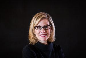 Debbie Millman pracovala 22 rokov pre firmu Sterling Brands, vytvorila v nej známe logá napríklad pre Burger King alebo 7up. Okrem toho vytvorila skvelú podcastovú reláciu o dizajne Design Matters.