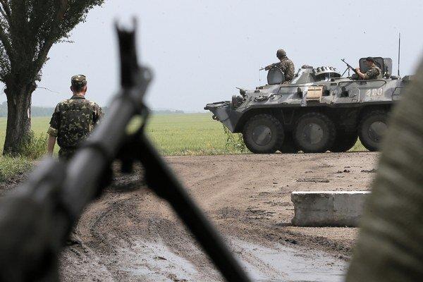 Východ Ukrajiny sa stále viac podobá na vojnovú zónu.