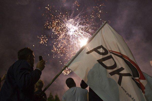 Thaciho strana oslavovala víťazstvo.