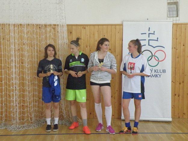 Štvorica dievčatm, ktoré získali individuálne ocenenie. Zľava:najlepšia strelkyňa – Nikoleta Weibelová (SOŠ HSaO),najlepšia hráčka – Laura Mikulcová (Šurany), najlepšia brankárka – Nicole Csíková (Komárno),cena fair-play – Adriana Gašparová (SZŠ Nové Zámky)