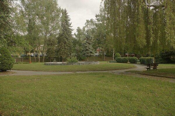 Park pred nemocnicou.